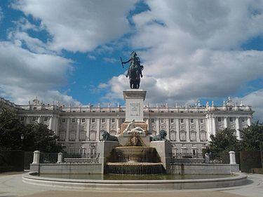 375px-Estatua_de_Felipe_IV_y_Palacio_Real_25-02-2013 (1)